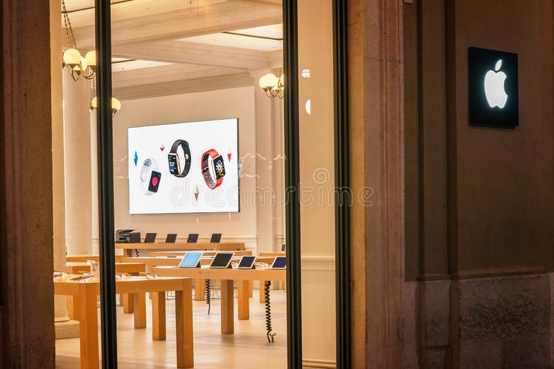 Κατάστημα της Apple που βρίσκεται σε ένα εμπορικό κέντρο επάνω μέσω Caduti Di Nassiriya Rimini, ΙΤΑΛΙΑ Η Apple Inc πωλεί τον υπολ στοκ φωτογραφία με δικαίωμα ελεύθερης χρήσης