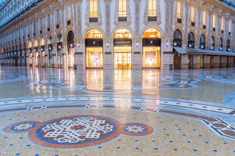 Κατάστημα της Louis Vuitton σε Galleria Vittorio Emanuele ΙΙ τη νύχτα στοκ φωτογραφίες