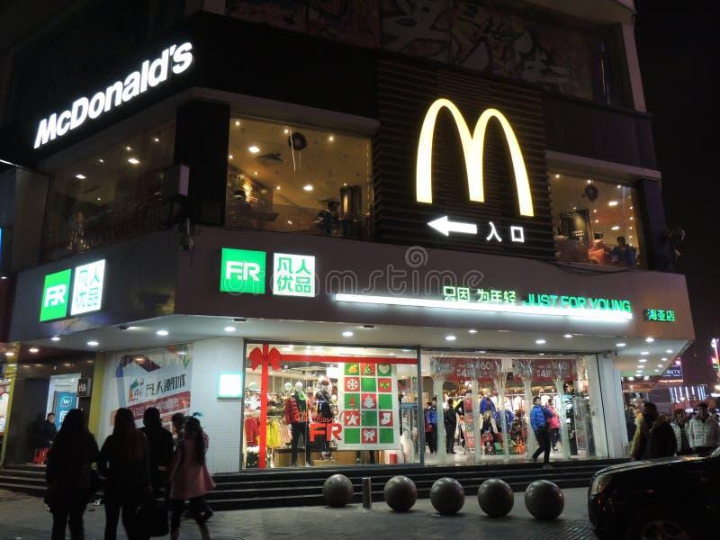 Κατάστημα της McDonald's στις διακοσμήσεις της Κίνας και Χριστουγέννων στοκ φωτογραφία με δικαίωμα ελεύθερης χρήσης