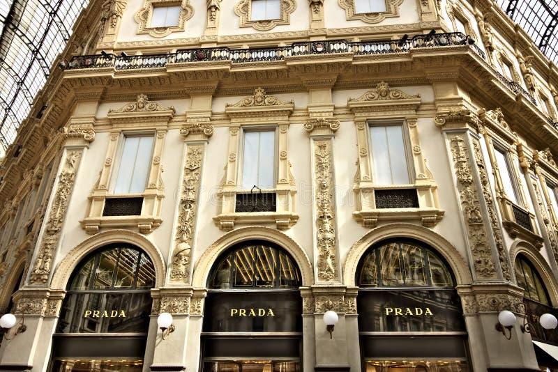 Κατάστημα της Prada στο Galleria Vittorio Emanuele ΙΙ στο Μιλάνο στοκ εικόνα