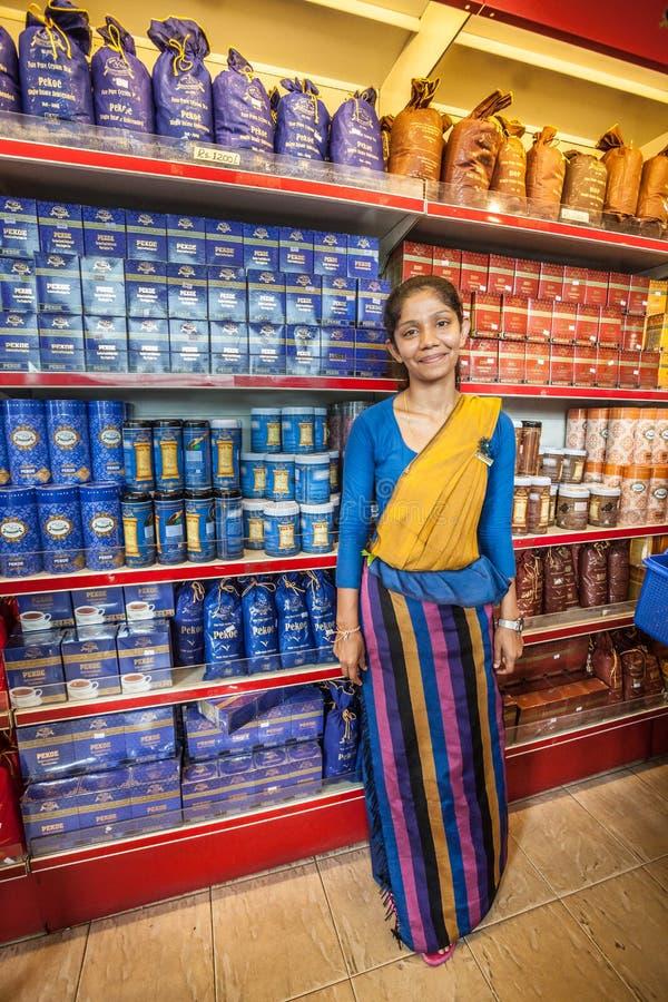 Κατάστημα τσαγιού Πώληση γυναικών Lankan Sri σε ένα κατάστημα τσαγιού στοκ εικόνες με δικαίωμα ελεύθερης χρήσης