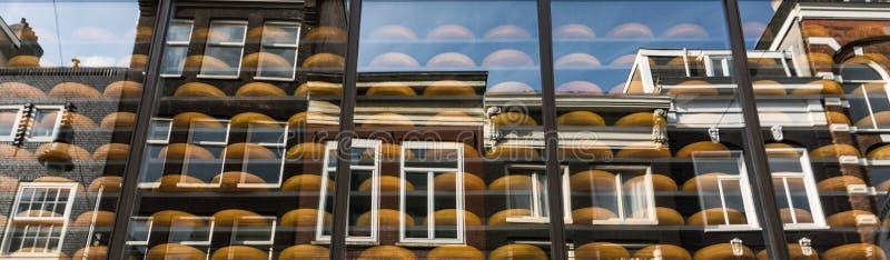 Κατάστημα τυριών στο Άμστερνταμ τα παραδοσιακά ολλανδικά σπίτια που απεικονίζονται με στο παράθυρο στοκ εικόνες