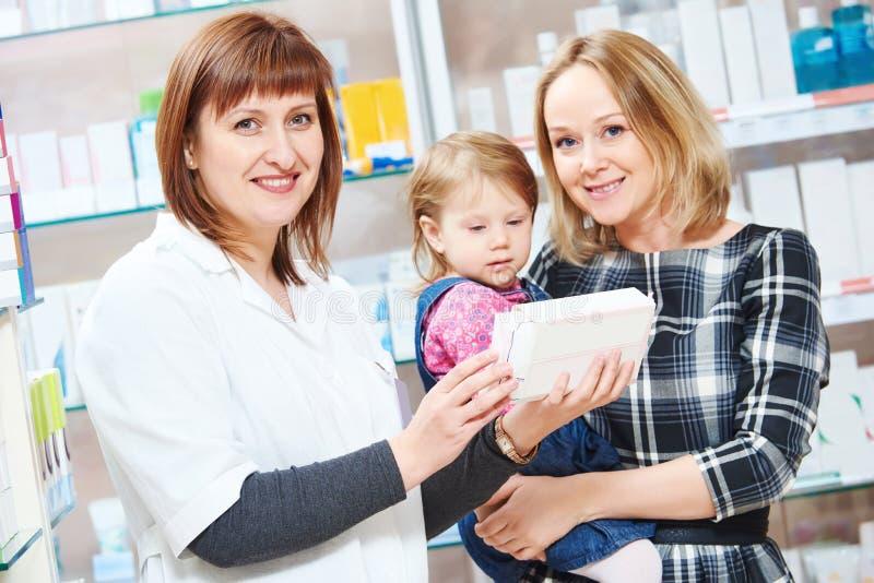 Κατάστημα φαρμακείων Θηλυκό πορτρέτο φαρμακοποιών στοκ εικόνα με δικαίωμα ελεύθερης χρήσης