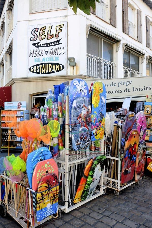 Κατάστημα Beachwear στην πόλη του Saintes-Maries-de-la-Mer στοκ εικόνες