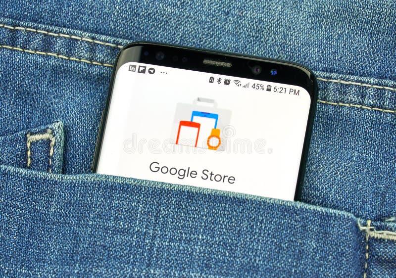 Κατάστημα Google σε μια τηλεφωνική οθόνη σε μια τσέπη στοκ φωτογραφία