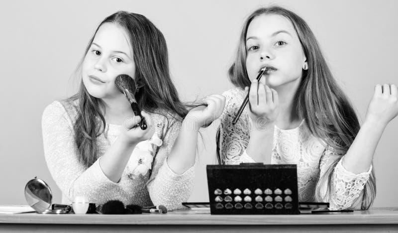 Κατάστημα Makeup Πειραματισμός με το ύφος Τέχνη Makeup Ερευνήστε την έννοια τσαντών καλλυντικών Σαλόνι και επεξεργασία ομορφιάς Α στοκ εικόνες με δικαίωμα ελεύθερης χρήσης