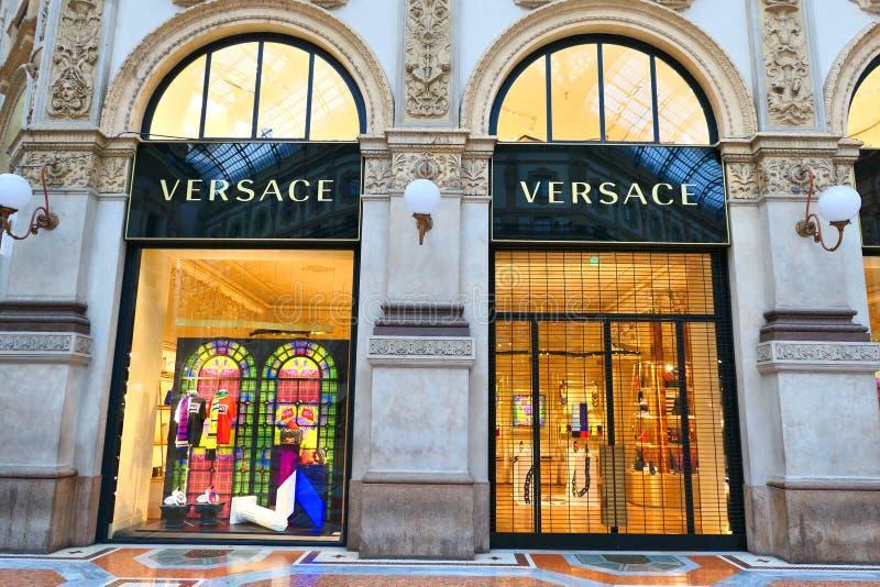 Κατάστημα Versace σε Galleria Vittorio Emanuele ΙΙ στο Μιλάνο στοκ εικόνες