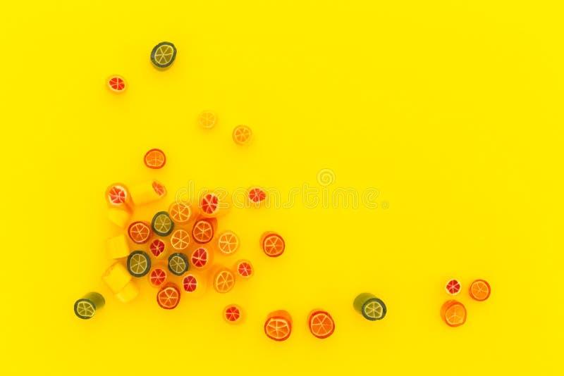 Κατάταξη της ζωηρόχρωμης καραμέλας στο κίτρινο υπόβαθρο στοκ φωτογραφία