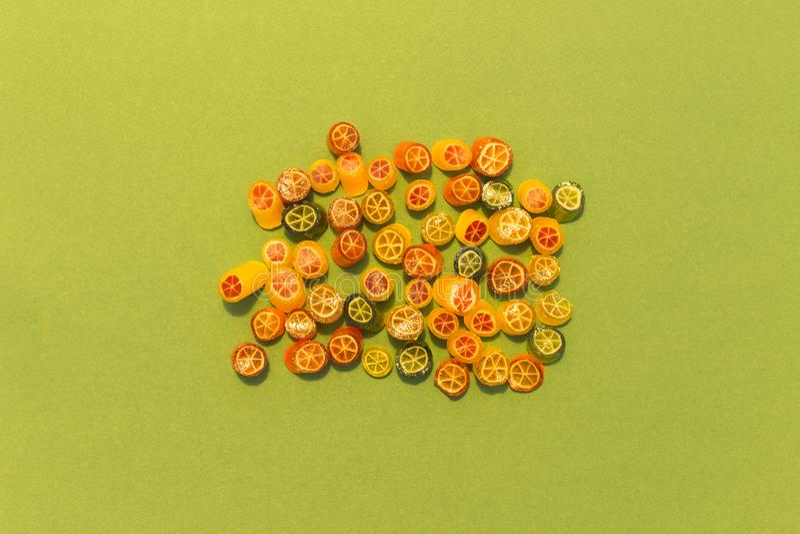 Κατάταξη της ζωηρόχρωμης καραμέλας στο πράσινο υπόβαθρο στοκ εικόνες με δικαίωμα ελεύθερης χρήσης