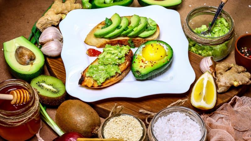 Κατάταξη του bruschetti με το αβοκάντο φρυγανιάς, χορτοφάγα τρόφιμα, τρόφιμα ικανότητας Superfoods Να κάνει δίαιτα και βάρους ένν στοκ εικόνα με δικαίωμα ελεύθερης χρήσης