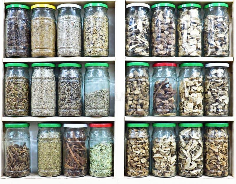Κατάταξη των βάζων γυαλιού με τα χορτάρια και τα καρυκεύματα στοκ φωτογραφίες με δικαίωμα ελεύθερης χρήσης