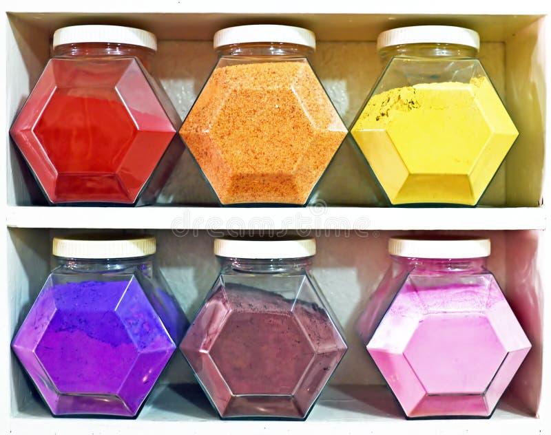 Κατάταξη των βάζων γυαλιού στα ράφια στο κατάστημα βοτανολόγων στο Μαρακές στοκ φωτογραφίες