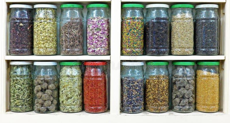 Κατάταξη των βάζων γυαλιού στα ράφια στο κατάστημα βοτανολόγων στο marrake στοκ εικόνες