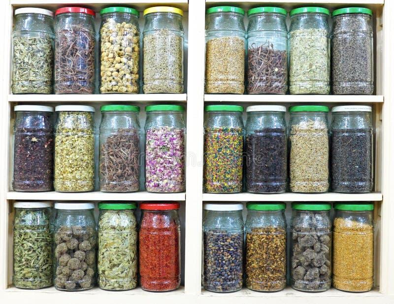 Κατάταξη των βάζων γυαλιού στα ράφια στο κατάστημα βοτανολόγων στο marrake στοκ φωτογραφίες