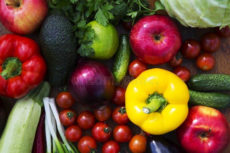 Κατάταξη των διαφορετικών λαχανικών και των φρούτων στο ξύλινο backgrou στοκ φωτογραφίες