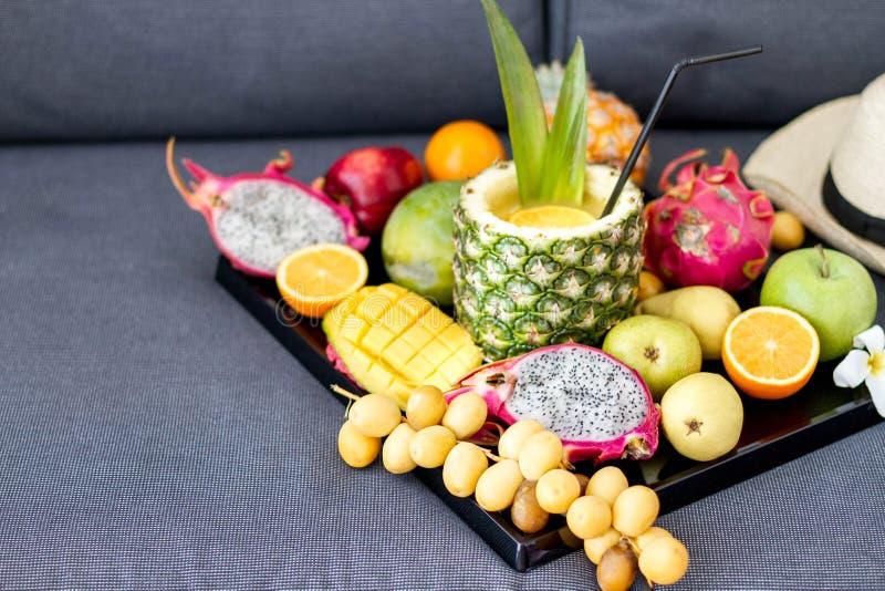 Κατάταξη των εξωτικών φρούτων στα λευκά στοκ φωτογραφίες