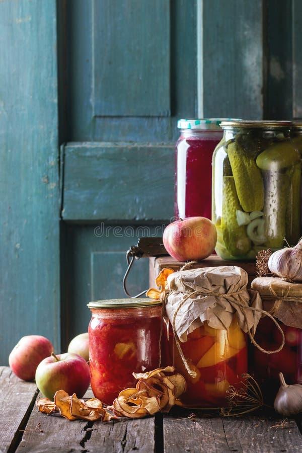 Κατάταξη των συντηρημένων τροφίμων στοκ φωτογραφίες
