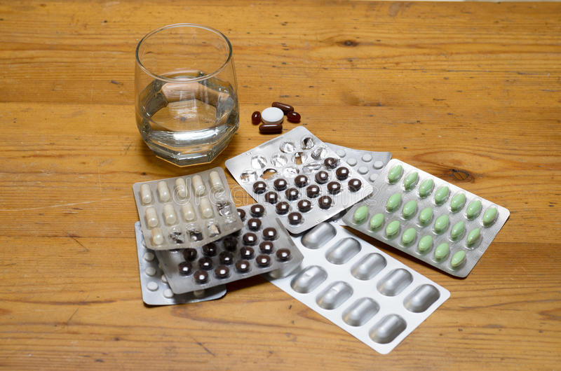 Κατάταξη των φαρμάκων στα πακέτα φουσκαλών με το νερό στοκ φωτογραφία με δικαίωμα ελεύθερης χρήσης