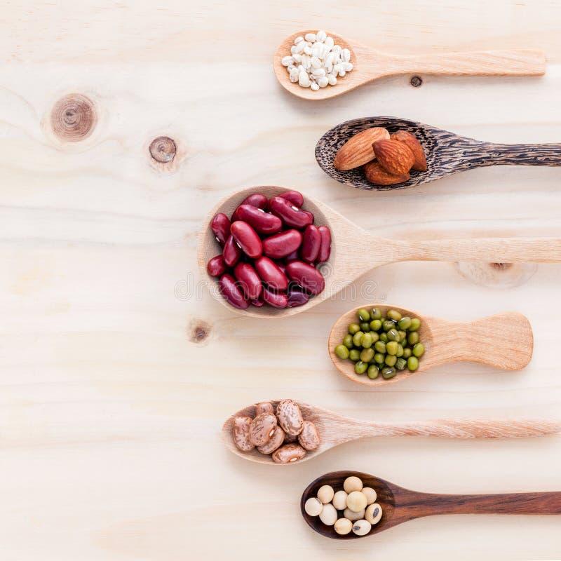 Κατάταξη των φασολιών και των φακών στο ξύλινο κουτάλι στο ξύλινο backgr στοκ φωτογραφία
