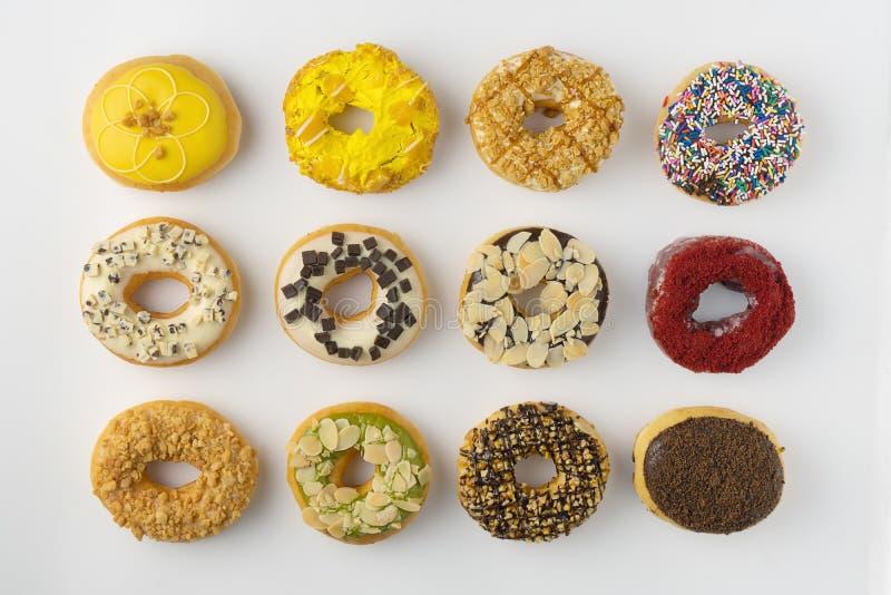 Κατάταξη των donuts που απομονώνονται στο άσπρο υπόβαθρο στοκ εικόνα με δικαίωμα ελεύθερης χρήσης