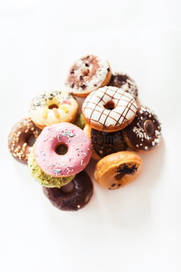 Κατάταξη των donuts σε έναν πίνακα στοκ φωτογραφίες με δικαίωμα ελεύθερης χρήσης