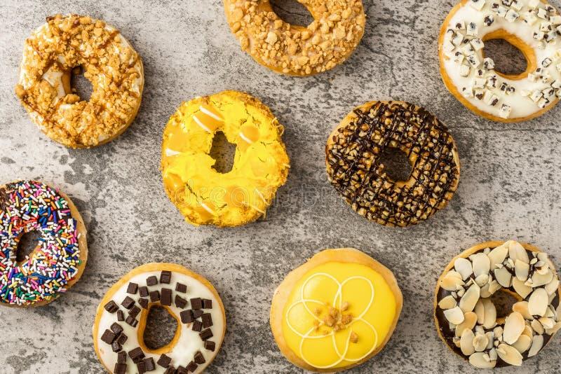 Κατάταξη των donuts στο υπόβαθρο πετρών στοκ φωτογραφία με δικαίωμα ελεύθερης χρήσης