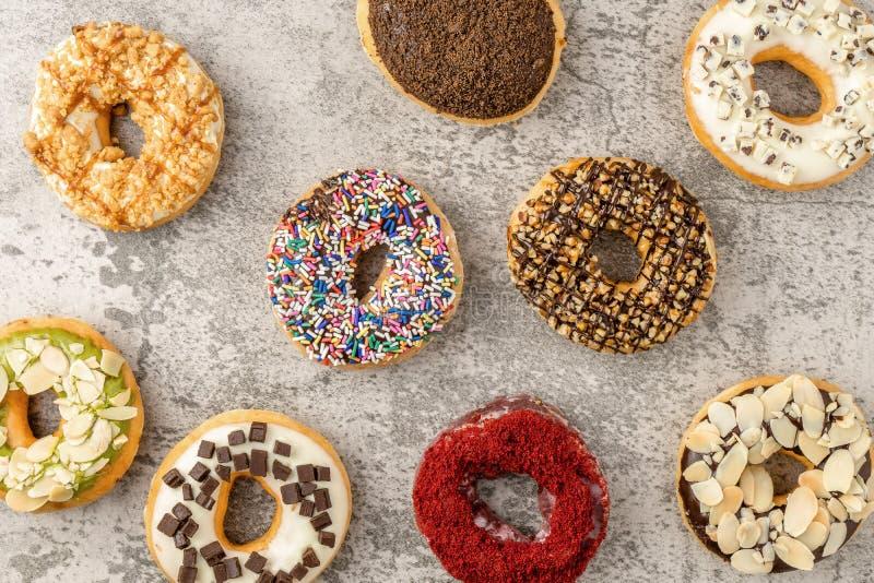 κατάταξη των donuts στο υπόβαθρο πετρών στοκ εικόνα με δικαίωμα ελεύθερης χρήσης