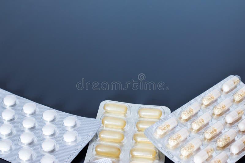 Κατάχρηση ναρκωτικών ουσιών: χάπια ή ιατρική ή φάρμακα που βρίσκονται στον πίνακα στοκ εικόνες
