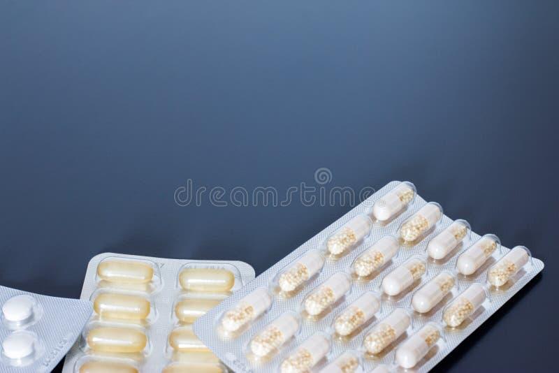 Κατάχρηση ναρκωτικών ουσιών: χάπια ή ιατρική ή φάρμακα που βρίσκονται στον πίνακα στοκ εικόνα με δικαίωμα ελεύθερης χρήσης