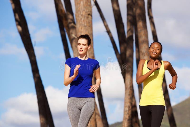 Κατάλληλες νέες γυναίκες που τρέχουν υπαίθρια στη φύση στοκ εικόνες με δικαίωμα ελεύθερης χρήσης