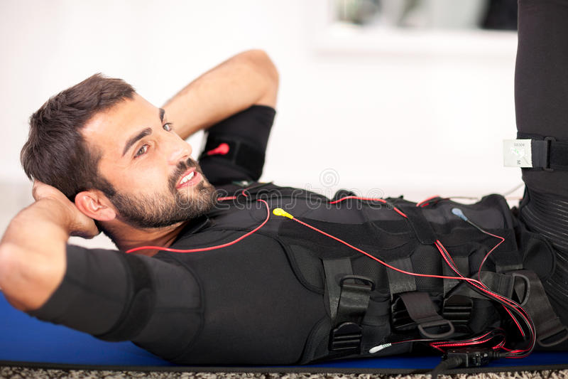 Κατάλληλη άσκηση ατόμων στην ηλεκτρο μυϊκή μηχανή υποκίνησης στοκ φωτογραφία με δικαίωμα ελεύθερης χρήσης
