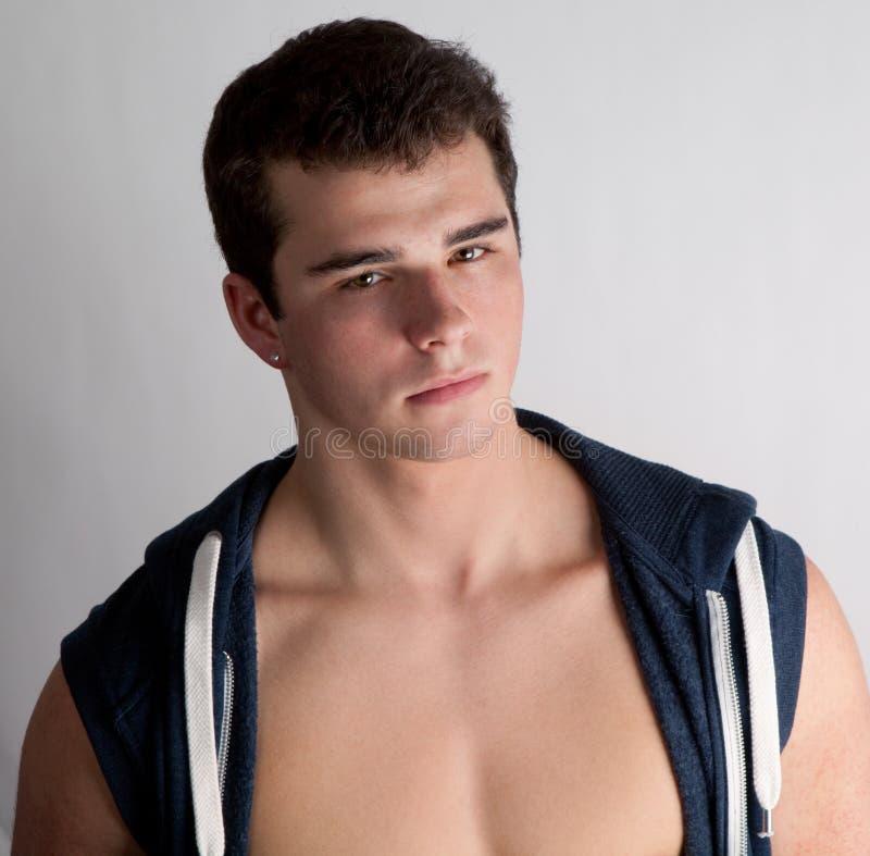 Κατάλληλος εφηβικός τύπος στο ανοικτό πουκάμισο στοκ εικόνες με δικαίωμα ελεύθερης χρήσης