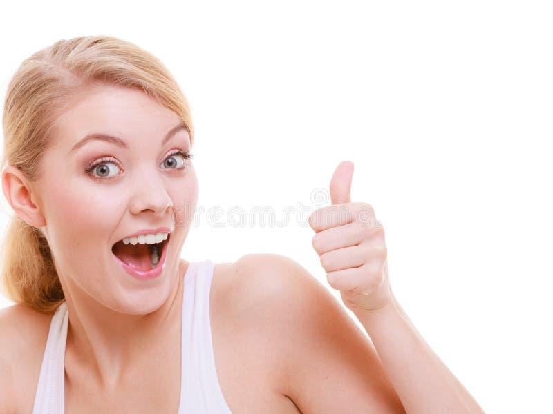 Κατάλληλος ικανότητας αντίχειρας κοριτσιών αθλητριών ευτυχής επάνω στη χειρονομία που απομονώνεται στοκ φωτογραφία με δικαίωμα ελεύθερης χρήσης