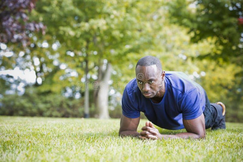 Κατάλληλο άτομο που κάνει την άσκηση πυρήνων σανίδων στο πάρκο στοκ φωτογραφίες με δικαίωμα ελεύθερης χρήσης