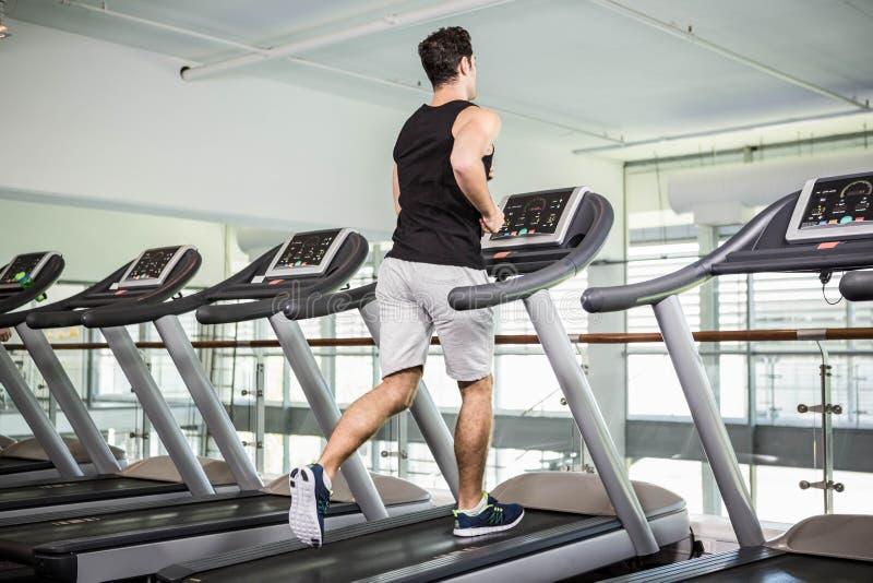 Κατάλληλο άτομο που τρέχει treadmill στοκ φωτογραφία