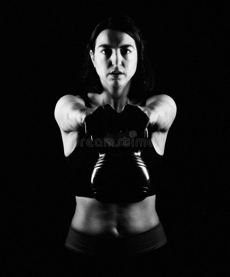 Κατάλληλο κουδούνι κατσαρολών γυναικών ανυψωτικό στοκ φωτογραφίες