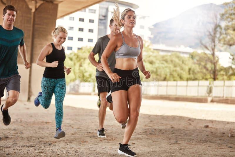 Κατάλληλο τρέξιμο νέων στοκ φωτογραφίες
