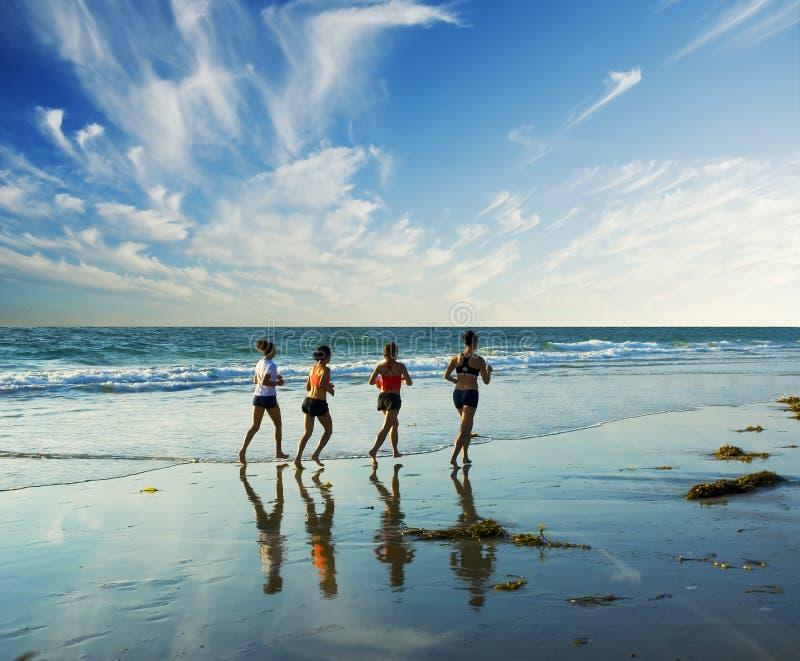 κατά μήκος της jogging κυματωγή&sigm στοκ εικόνα με δικαίωμα ελεύθερης χρήσης