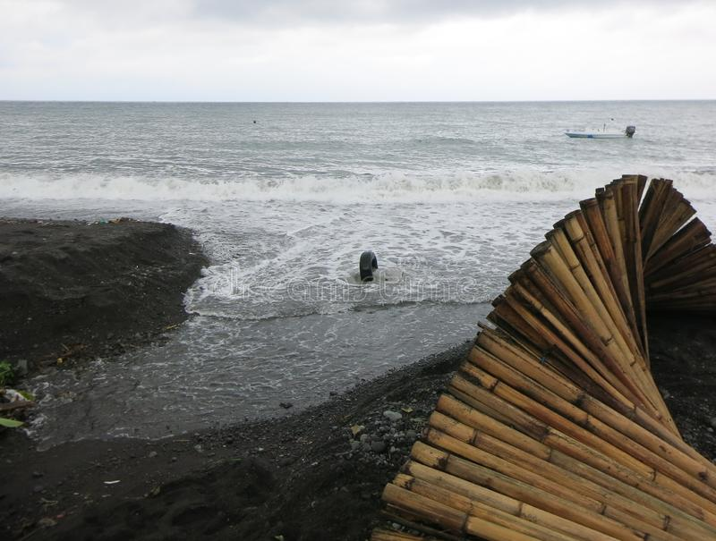 Κατά τη διάρκεια της περιόδου βροχών, των ροών του νερού από τα βουνά και των ροών στη θάλασσα Η λάσπη λεκιάζει το θαλάσσιο νερό στοκ φωτογραφίες