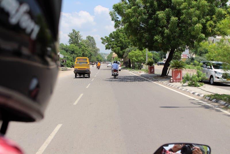 Κατά τη διαδρομή Amer ή ηλέκτρινο το οχυρό του Jaipur, σε μια μοτοσικλέτα στοκ εικόνα