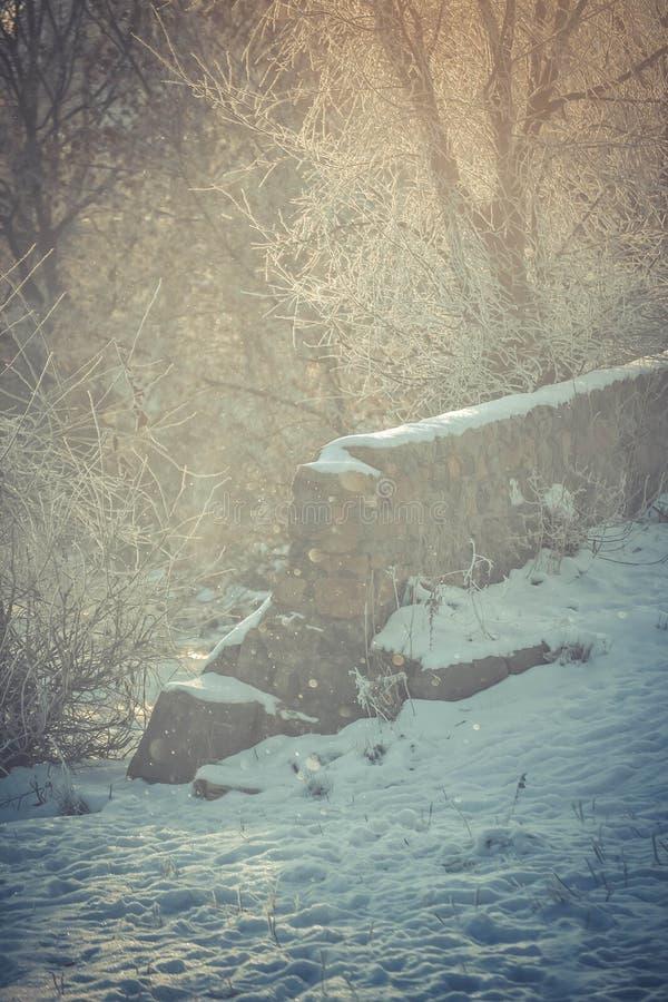 Κατά το ήμισυ καταρρεσμένος χειμώνας τοίχων πετρών στοκ φωτογραφία με δικαίωμα ελεύθερης χρήσης