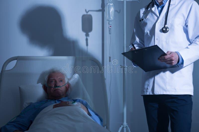 Κατά το τέλος άρρωστος ασθενής στο άσυλο στοκ φωτογραφίες με δικαίωμα ελεύθερης χρήσης