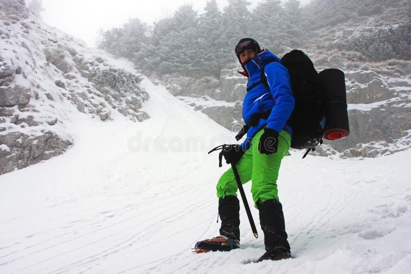 Κατέβασμα από την κορυφογραμμή Piatra Craiului μια πολύ κρύα χειμερινή ημέρα στοκ εικόνες