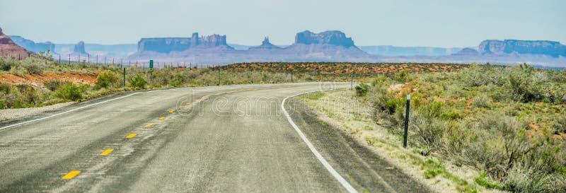 Κατέβασμα στην κοιλάδα μνημείων στα σύνορα της Γιούτα Αριζόνα στοκ φωτογραφίες με δικαίωμα ελεύθερης χρήσης