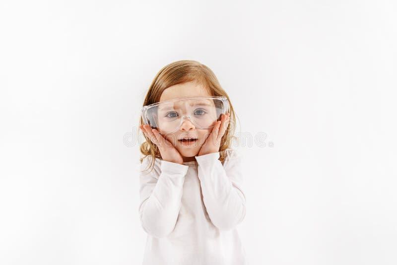 Κατέπληξε λίγο παιδί που αγγίζει στο πρόσωπό της στοκ φωτογραφίες με δικαίωμα ελεύθερης χρήσης