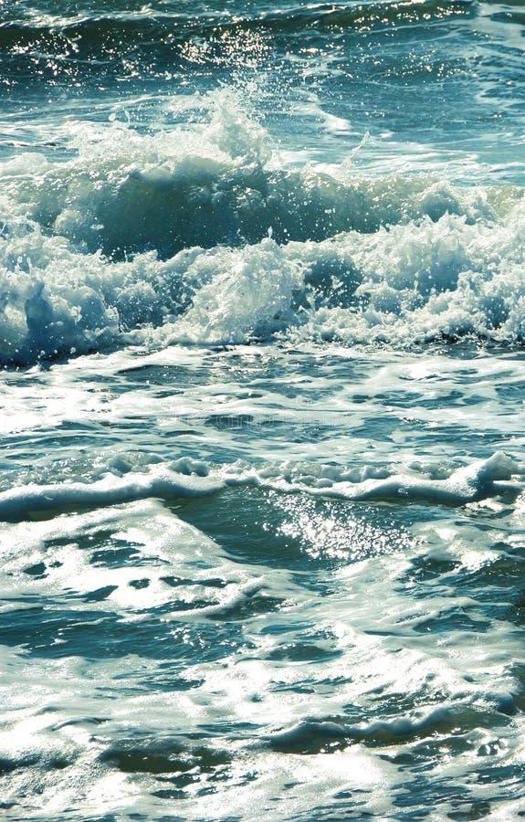 Καταβρέχοντας νερό κυμάτων θάλασσας Μπλε μπλε φωτογραφία στοκ φωτογραφίες
