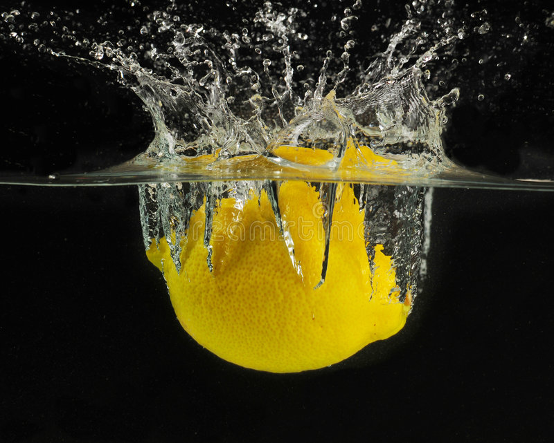 καταβρέχοντας ύδωρ λεμονιών στοκ εικόνα