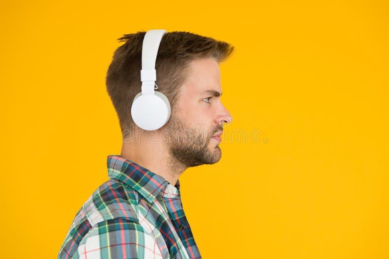 Καταγραφή δείγματος Στερεοφωνικός ήχος Hipster, μουσική Μουσική γεύση Άντρας με ακουστικά Συσκευή αναπαραγωγής Mp3 Εκπαιδευτικό β στοκ εικόνες με δικαίωμα ελεύθερης χρήσης