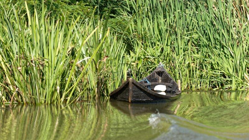 Καταδυμένη fishermens βάρκα στο δέλτα Δούναβη στοκ φωτογραφίες