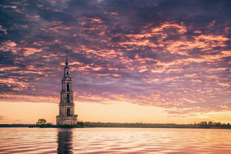 Καταδυμένος πύργος κουδουνιών στην όμορφη ανατολή ποταμών στοκ εικόνες